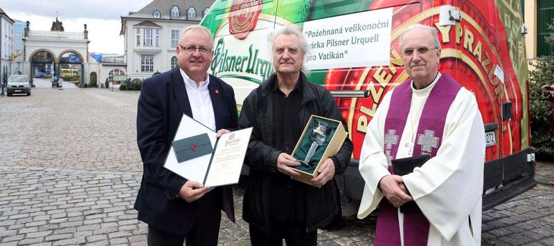 Berka,-a-sinistra,con-Monsignor-Frantisek-Radkovsky-alla-partenza-delle-birre