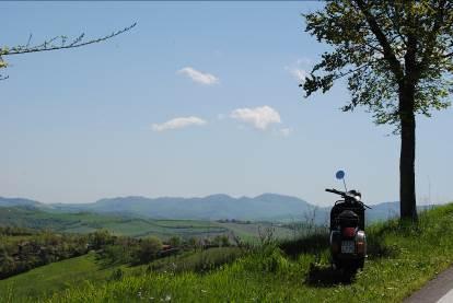 """Per l'estate a Bologna """"Vespa Tour con picnic sui colli"""""""